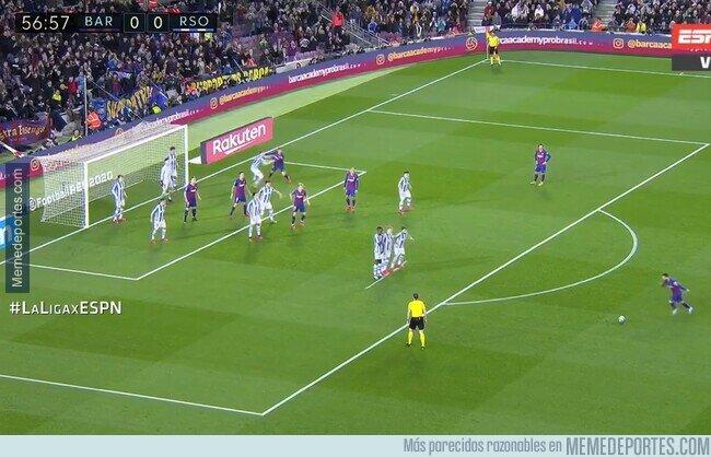 1100185 - El rival cuando Messi tiene un tiro libre. Se pasa, ¿no?