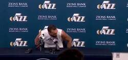Enlace a Las burlas de Rudy Gobert manoseando los micrófonos de rueda de prensa. Dió positivo a Coronavirus y la NBA ha sido suspendida