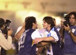 Enlace a Imágenes de 2005. La única vez que Messi y Maradona jugaron juntos