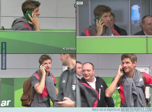 1102277 - Recuerdo de aquél día que Muller usó su pasaporte como teléfono para evitar a la prensa