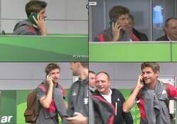 Enlace a Recuerdo de aquél día que Muller usó su pasaporte como teléfono para evitar a la prensa