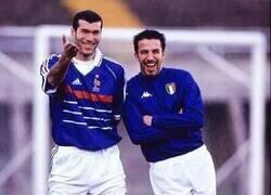Enlace a Zidane y Del Piero en 1998 emulando la torre Eiffel y la torre de Pisa. Genios.