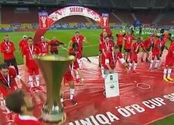 Enlace a Puede ser un precedente: El Salzburg levantó el trofeo de la Copa Austriaca con un extraño distanciamiento.