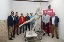 Enlace a La estatua del gol de Iniesta a Holanda tiene tanto detalle que el escultor hasta le moldeó los testículos.
