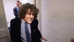 Enlace a David Luiz entrando al Camerino del City tal que así...