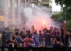 Enlace a Fans del Barça hicieron del descenso del Espanyol una fiesta