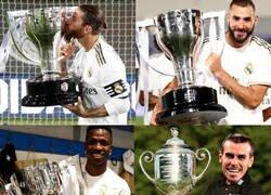 Enlace a Los jugadores del Madrid posando con 'su' título