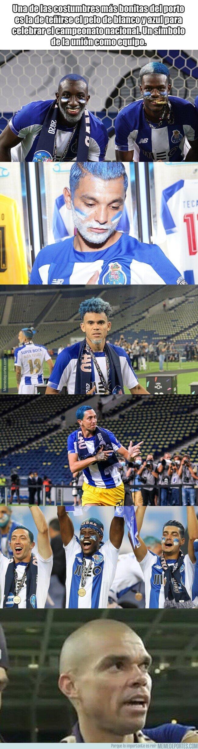 1110166 - La tradición del Porto cada vez que gana la Liga de su país que un jugador no ha podido cumplir