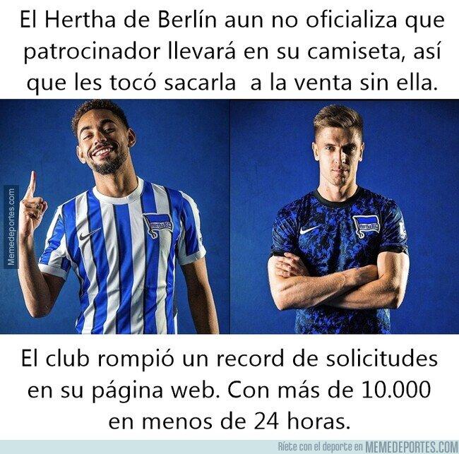 1110611 - La hermosa camiseta del Hertha, que la esta rompiendo sin sponsors en el pecho