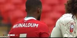 Enlace a Las jugadas de Wijnaldum, próximo jugador del Barça, frente al Arsenal que están horrorizando a todos los culés