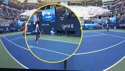 Enlace a Novak Djokovic, descalificado por este pelotazo involuntario a la juez de línea. No tuvo la suerte de Arda Turan