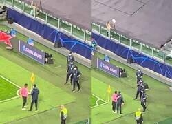Enlace a Ansu Fati le prometió su camiseta a un recogebolas y no se fue del estadio sin hacerlo