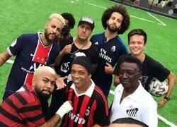 Enlace a En esta fotografía hay muchos futbolistas y no hay ninguno