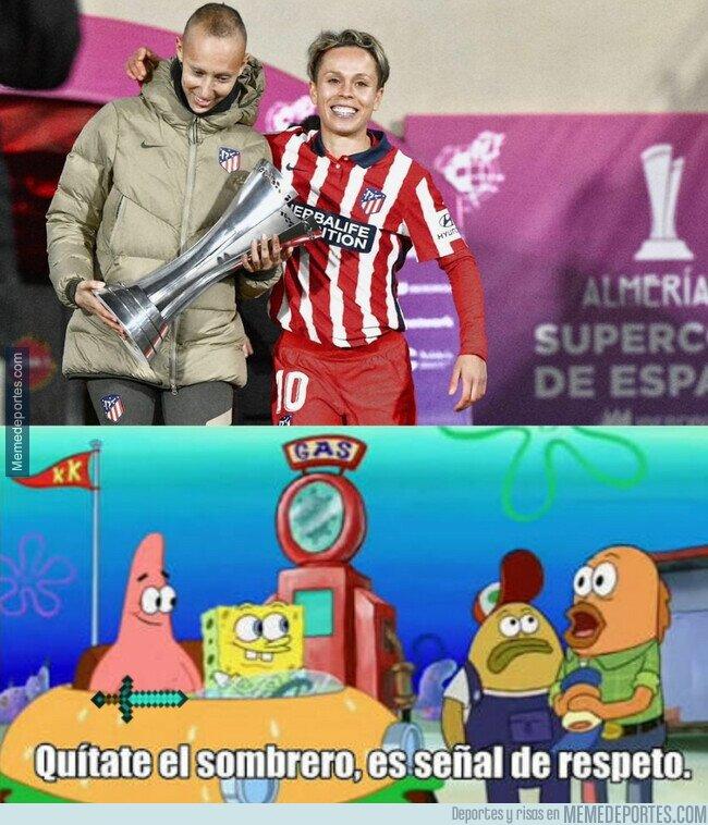1125485 - Amanda Sampedro, capitana del Atlético, deja que sea Virginia Torrecilla la que levante la Supercopa
