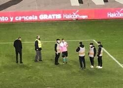 Enlace a Messi, el último en irse del estadio por tomarse fotos con los recogepelotas.