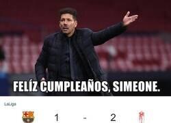 Enlace a El Barça regala el liderato