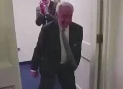 Enlace a Hazard entrando en el vestuario del Chelsea después de la eliminación del Madrid
