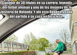 Enlace a Robben, pillado por las calles de Groningen en bicicleta. Un crack por todos lados
