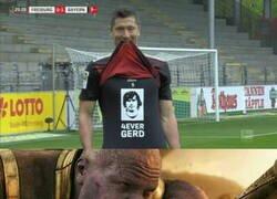 Enlace a Así homenajeó Lewandowski a Gerd Muller el día que igualó su record de anotación