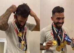 Enlace a Tévez posó con todas las medallas que ganó en su carrera. Casi se disloca.