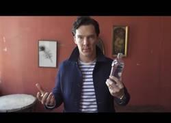 Enlace a El genial truco de Benedict Cumberbatch con agua