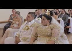 Enlace a La boda que les costó miles de euros. Atención al vestido de billetes