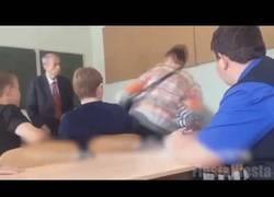 Enlace a Nunca le digas a un alumno en Rusia que no puede escuchar música en clase