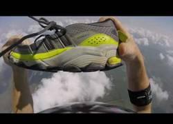 Enlace a Este paracaidista pierde una zapatilla y la pierde antes de llegar a tierra en pleno vuelo