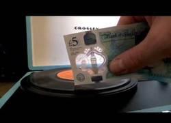 Enlace a Los nuevos billetes de 5 libras sirve para algo flipante para los amantes de los vinilos