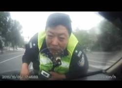 Enlace a Este policía va a hacer un control de alcoholemia y no te vas a creer lo que le sucede