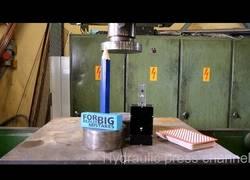 Enlace a Aplastando varios objetos con una prensa hidráulica