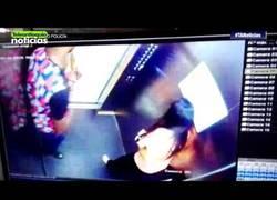 Enlace a Pillado el futbolista Hanyer Mosquera pegando a su novia en un ascensor