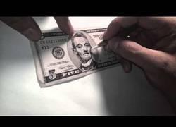 Enlace a ¡Menudo artista! Convirtiendo un billete de 5 dólares con la cara de Bill Murray