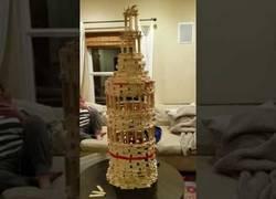 Enlace a ¿Se resistirá este gato a tocar esta torre?