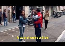 Enlace a Este hombre le suelta frases satánicas a una pareja de chicas en Barcelona