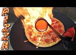 Enlace a Así queda una deliciosa pizza al echarle cobre fundido