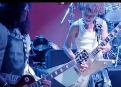 Enlace a Slash da una sorpresa a unos niños que tocaban en una escuela de rock