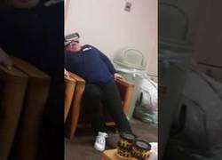 Enlace a Así se lo pasa esta mujer en la sal de espera de un hospital jugando con la Realidad Virtual
