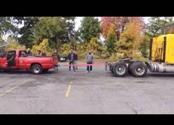 Enlace a Duelo de dos autos desiguales. ¿Quién ganará?