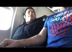 Enlace a La reacción de un hombre en un avión cuando invaden su reposabrazos
