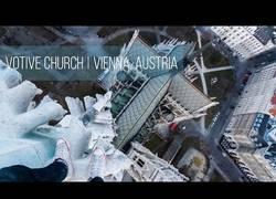 Enlace a Arriesgando su vida escalando una famosa catedral de Vienna