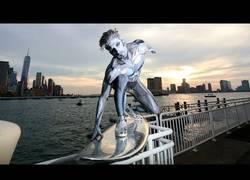 Enlace a Cuando vas por Nueva York y te encuentras a Silver Surfer por las calles