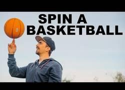 Enlace a Con mucha práctica... al final aprendes a darle vueltas al balón de baloncesto