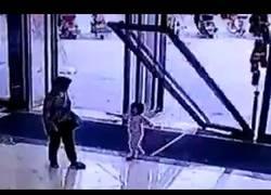 Enlace a A este niño pequeño se le estampa encima una enorme puerta (Abstenerse sensibles)