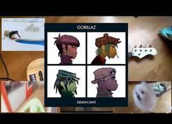 Enlace a Tocando Feel Good Inc. de Gorillaz con esos vídeos que todos conocemos