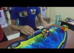 Enlace a Con todos ustedes... el nuevo récord del Mundo de Cubo de Rubik: 4.74 segundos
