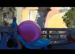 Enlace a Lanzando un balón de gimnasia repleto de agua desde 50 metros