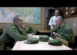 Enlace a Las novatadas en el ejército ruso con una simple cuchara