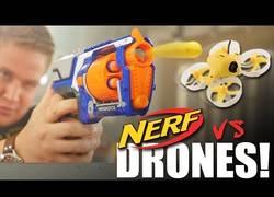 Enlace a Combate épico de drones vs pistolas de juguete