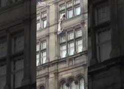 Enlace a Un policía intenta salvar a un suicida desnudo que se va abajo, quitándose los pantalones